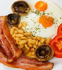 Desayuno típico con huevos, salchichas, patatas...
